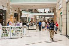 购物在豪华商城的人们 免版税库存图片