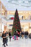 购物在豪华商城的圣诞节的人们 免版税库存图片