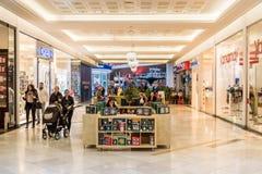 购物在豪华商城的圣诞节的人们 库存照片