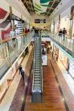 购物在豪华购物中心的人们 库存图片