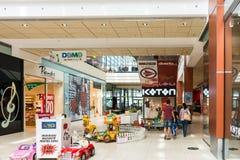 购物在豪华购物中心的人们 图库摄影