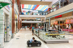 购物在豪华购物中心的人们 库存照片