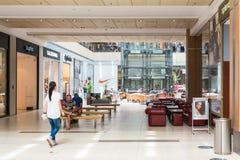购物在豪华购物中心的人们 免版税库存图片