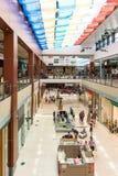 购物在豪华购物中心的人们 免版税库存照片