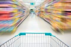 购物在超级市场乘超级市场推车 免版税库存照片