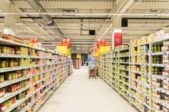 购物在超级市场商店走道的人们 库存照片
