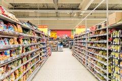 购物在超级市场商店走道的人们 库存图片