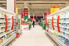 购物在超级市场商店走道的人们 免版税库存照片