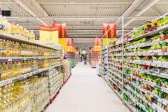 购物在超级市场商店走道的人们 免版税库存图片