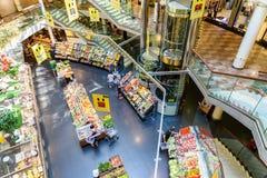购物在超级市场商店走道的杂货食物的人们 免版税库存照片