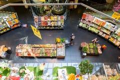 购物在超级市场商店走道的杂货食物的人们 库存照片