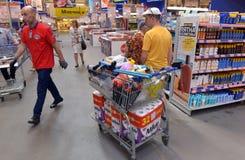 购物在超级市场的人们 免版税图库摄影