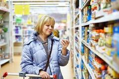 购物在超级市场的妇女 图库摄影
