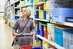 购物在超级市场的妇女 免版税图库摄影