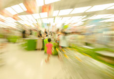 购物在超级市场,模糊的运动的人们 库存图片
