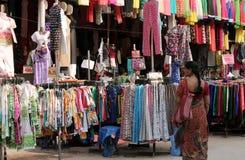 购物在路边服装店的印地安人 免版税库存图片