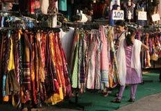 购物在路边服装店的印地安人 免版税库存照片