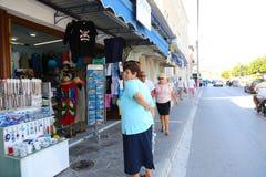 购物在雅典,希腊的游人 库存图片