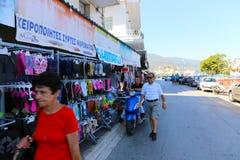 购物在雅典,希腊的游人 库存照片