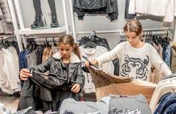 购物在零售店的两个愉快的小女孩 库存图片