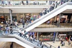 购物在零售购物中心的人们 库存图片