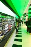 购物在香水和化妆用品购物-巴黎 免版税库存照片