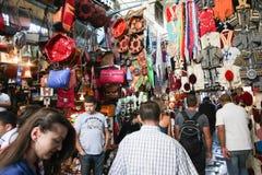 购物在麦地那的人们 免版税库存照片