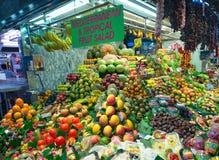 购物在巴塞罗那La Boqueria市场上的人们 免版税库存图片