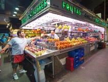 购物在巴塞罗那La Boqueria市场上的人们 库存照片