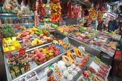 购物在巴塞罗那La Boqueria市场上的人们 库存图片