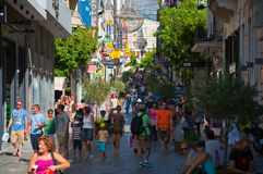 购物在2013年8月3日的Ermou街上在雅典,希腊。 免版税库存照片