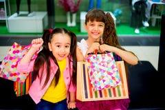 购物在购物中心的孩子 免版税图库摄影
