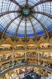 购物在巴黎,法国豪华拉斐特百货商店的人们  免版税库存图片