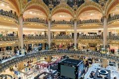 购物在巴黎,法国豪华拉斐特百货商店的人们  免版税库存照片