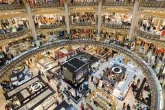 购物在巴黎,法国豪华拉斐特百货商店的人们  库存照片