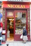购物在巴黎wineshop的人们  免版税图库摄影