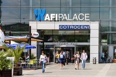 购物在AFI宫殿布加勒斯特兆购物中心的人们 免版税库存图片