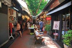 购物在Chatuchak周末市场上的人们 免版税图库摄影