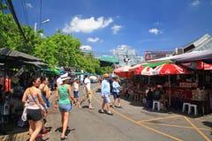 购物在Chatuchak市场上的外国人民在曼谷 库存照片