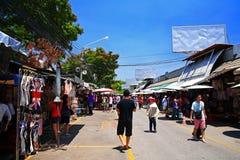 购物在Chatuchak的人们在曼谷过周末购物市场 免版税库存照片
