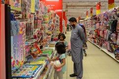 购物在Hyperstar超级市场的父亲和女儿 免版税库存照片