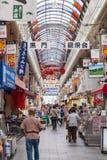 购物在Kuromon市场上的人们在大阪,日本 库存照片