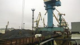 货物工业口岸,口岸起重机 硬煤装货  trans. 库存照片
