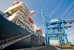 货物操作货柜船 免版税库存照片