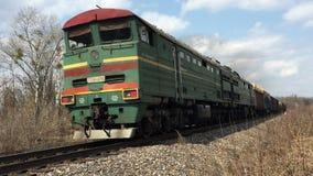 货物旅行在铁路的绿色火车 影视素材
