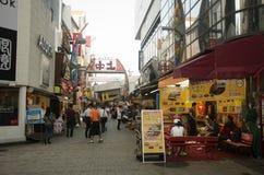 购物日本人和旅客的外国人走和  免版税库存照片