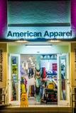 购物服装在海洋驱动夜是开放的 库存照片