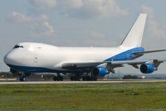 货物波音747飞机前面离开 免版税库存图片