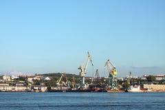 货物海港,起重机全景 免版税库存照片