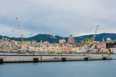 货物热那亚口岸全景  免版税库存图片